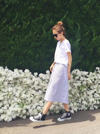 白のTシャツ×ブルー系のスカートのシンプルコーデに、ブラックのハイカットスニーカーを合わせることでいっきにこなれた雰囲気に。髪の毛もコンパクトにまとめた、ミニマルなスタイルはトライしやすいのでぜひ参考にしてみて。