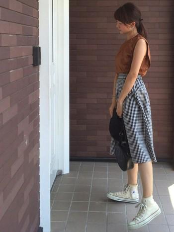 ギンガムチェックのスカートを、白のハイカットでカジュアルダウンさせて。トップスが暗めのカラーなら、足元は白で軽さを出してあげると◎。