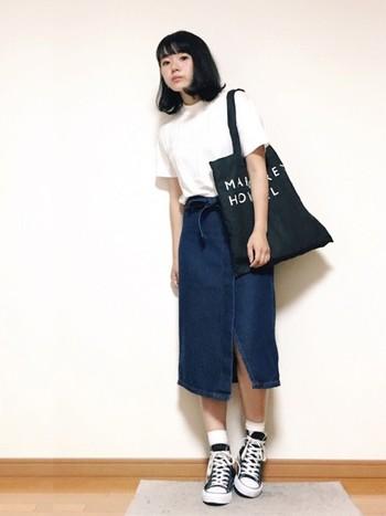 白T×デニムスカートの定番コーデも、コンバースのハイカットを合わせればワンランク上のコーデに。巻きスカートをセレクトするなど、定番ながらも個性はしっかり演出。シンプルだけどこなれ感のあるスタイルは、まるでパリジェンヌのよう♪