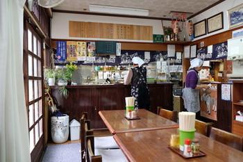 お蕎麦が美味しいと評判の「藤森食堂」。 ベンガラ色の町家は、明治30年頃の建物で、元郵便局(店の営業は昭和56年から)。店内は明るく、こざっぱりした雰囲気。
