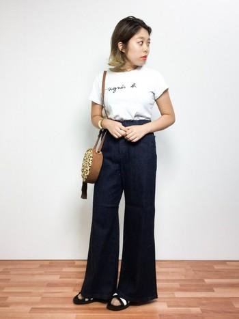 Tシャツにデニムを合わせた、カジュアルの定番スタイル。ハイウエストのフレアデニムは脚長効果抜群なのでおすすめです。