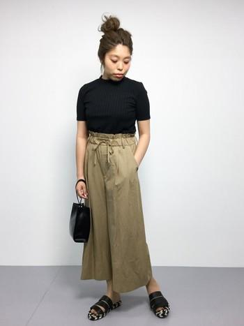 ブラックトップス×ワイドパンツ。小物もブラックを合わせて大人な雰囲気にまとめて。