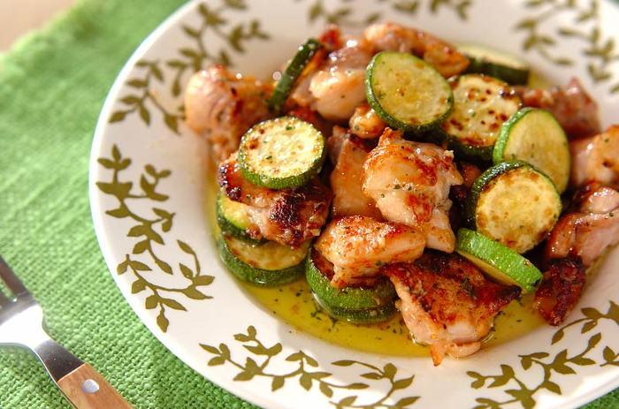 ■ハーブガーリックチキン  ガーリック好きにはたまらない一皿。鶏もも肉とズッキーニを使った簡単レシピです。