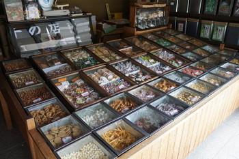 店頭の木組みのケースに並ぶのは、かりんとうや芋けんぴ、せんべいや豆菓子等、昔懐かしい素朴なお菓子。その数、約80種類。選ぶだけで心が弾む菓子店です。