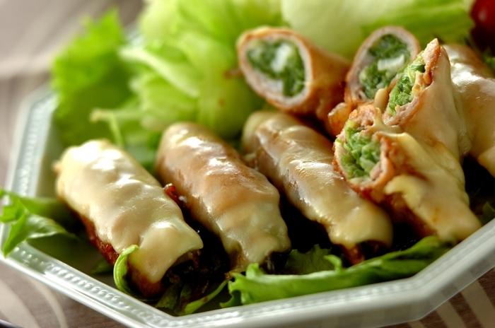 ■豚肉のチーズネギ巻き  青ネギを薄切りの豚肉で巻いて焼き、スライスチーズをのせて溶かします。  豚肉に多く含まれるビタミンB1は、炭水化物をエネルギーに変える栄養素で、疲労や倦怠感を緩和させる効能があるので、夏バテにも効果的。