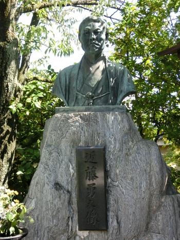 壬生寺には、新撰組局長・近藤勇の胸像があります。抜群の剣術の腕前と熱い志を持ちながらも享年35歳という若さでこの世を去った近藤勇がどのように激動の時代を生きたのか、想いを馳せてみてはいかがでしょうか。