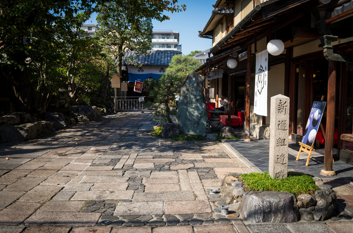 京都には、紹介したスポット以外にも、数々の新撰組ゆかりの地があります。時代の波に飲み込まれながらも、熱い志をもって隊務に望み、歴史に名を遺した若者たちの足跡を辿り、激動の幕末へ想いを巡らせてみてはいかがでしょうか。