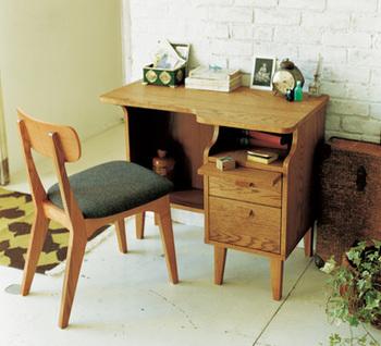 ムリなく自然につきあえる心地良い家具を提案するブランド「unico(ウニコ)」にも、デスクがそろっています。  写真は、北欧家具の素朴な雰囲気は残しつつ、日本の住居に見合ったコンパクトサイズに仕上げたデスク。なんとも愛らしい佇まいに、気持ちも和みます。寝室やリビングの片隅に置くのにぴったりですし、お子さんのいる家庭では勉強机としても◎