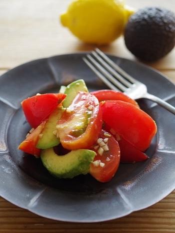 ■トマトとアボカドのガーリックサラダ  生ニンニクの風味と辛味がポイントの、簡単なのにおいしいノンオイルサラダです。パンにもごはんにも◎  アボカドは、抗酸化作用のあるビタミンEが豊富に含まれ、むくみの解消・血行不良や冷え性の改善、お肌の老化防止、便秘の解消やデトックス効果による肌荒れの予防などにも役立ちます。