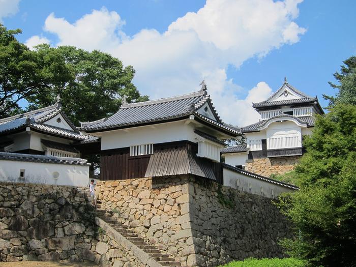 天守は、木造本瓦葺。二層二階建てですが、一見すると三階建てに見える特徴的な造りです。土塀共々国の重要文化財に指定されています。【画像右から、天守閣・五の平櫓・六の平櫓】