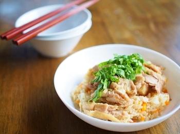 大人気のシンガポールチキンライス。こちらはめんつゆを使った和風の一品。えのきやゴボウ、にんじん、油揚げも一緒に炊き込めば、うまみたっぷりの炊き込みご飯に。パクチーのかわりに水菜や三つ葉などを添えていただきましょう♪