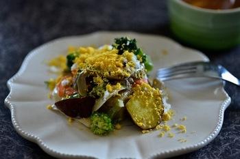 白米を炊く際、アルミホイルに野菜を包んで同時調理!オーロラソースで和えて、細かく濾した卵黄で華やかな一品に。