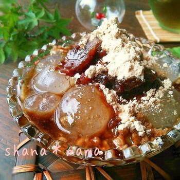 片栗粉で作る簡単わらび餅風のレシピです。鍋で練ってビニールに入れて絞れば、綺麗に真ん丸に◎つぶ餡と黒蜜きな粉をたっぷり盛りつければ、ぷるんぷるんのとっても美味しいわらび餅に♪