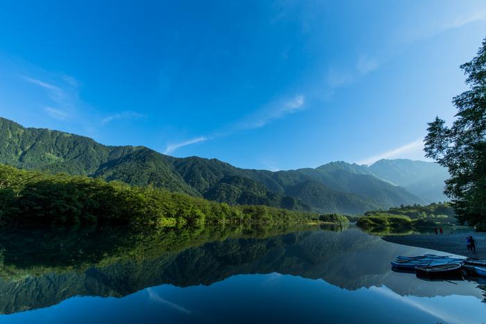 田代池からさらに40分ほど梓川を下流に向かうと、鏡面のように美しい大正池があります。大正池は大正4(1915)年に、活火山である焼岳が大噴火をおこし、噴出した多量の泥流により、梓川がせき止められてできた池です。