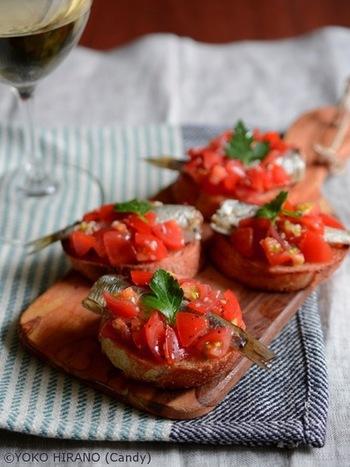 トマトと相性の良いオイルサーディンのブルスケッタは簡単に作れるのにちょっとおもてなし感もだせちゃう料理です!お洒落で簡単に美味しくいただけます。