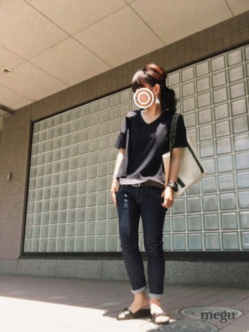 Tシャツ×スキニーデニム。ブラックでまとめたシンプル&カジュアルスタイル。デニムの裾をロールアップして足首を見せるのがポイント。