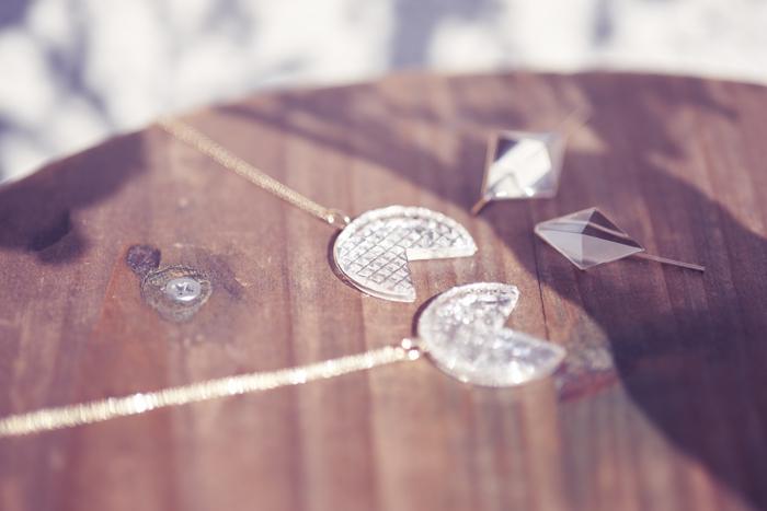 今回は、この夏「KARAFURU」から登場した最新シリーズ「KIRIKO」のジュエリーをご紹介しました。普段使いはもちろんパーティーなどの華やかなシーン、これからの季節は浴衣などの和装にもしっくりはまります。今年の夏は、ガラスならではの輝きを装いにプラスし、日本の伝統工芸の技を日常で身にまとう愉悦を存分に味わってみてはいかがでしょう?
