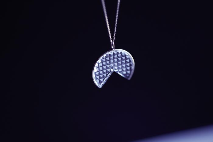 「KIRIKO水面ネックレス」は、江戸切子伝統模様「菊つなぎ」と「魚子(ななこ)」(写真)の2つのデザインをご用意。