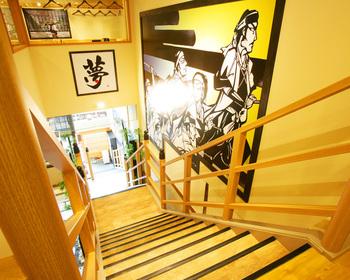 店内にある大階段は、池田屋事件の舞台となった旅籠屋「池田屋」の階段を再現したものです。