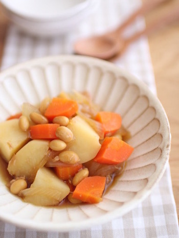給食メニューの特徴として挙げられるのが「大豆」と「ツナ」率の高さ。どちらも良質なたんぱく質を採れる食材です。こちらは肉じゃがならぬ「豆じゃが」。大豆とツナがしっかり入っています。