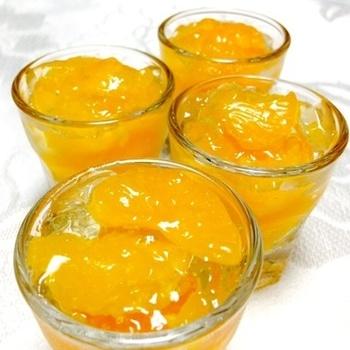 夏のデザートにうれしい、ツルンとした食感のみかんゼリー。みかん缶詰とシロップを使って懐かしい味わいに。