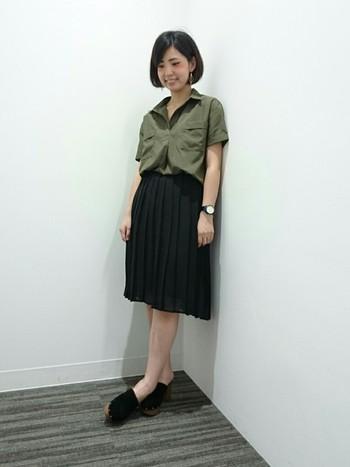 アースカラーはトレンドでもあり、オフィスコーデにも使える落ち着いた色です。ミリタリーテイストなシャツも、黒のプリーツスカートがシックな雰囲気に仕上げてくれます。