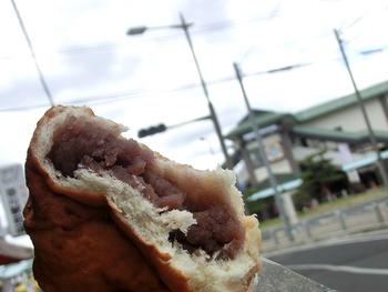 """「上あん」は、通称""""油パン""""。シナモンの香りのする揚げアンパン。地元で長きにわたって愛される老舗店のご当地パンです。店は総社駅前。店内には、惣菜パンやケーキが数多く並んでいます。でもせっかくなら、このご当地パンがおすすめ。"""