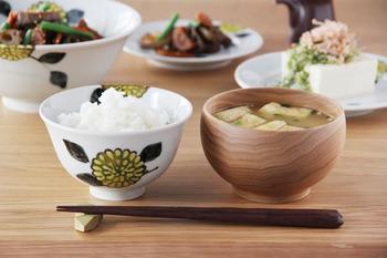 秋の深まりと共に食卓で楽しんで欲しいのは「菊」のお皿。九谷青窯・徳永遊心さんの「色絵菊 飯碗」は、温かみのある菊の柄が主役のご飯茶碗です。白ご飯はもちろん、松茸などの炊き込みご飯もいいですね。他にも平皿や蕎麦猪口もあります。