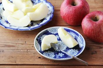 石川県の作家・樋山真弓さんの手がける「菊散し」という柄の平皿。使い勝手のよい五寸皿です。手描きの温かみが感じられます。秋に美味しいリンゴをのせて。