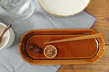 アトリエキウトの「サンマ皿 12角 カラメル」は、深みのあるカラメル色。名前の通りサンマをのせるのにぴったりサイズですが、ワンプレートディッシュにしたり、スイーツをのせてもおしゃれです。