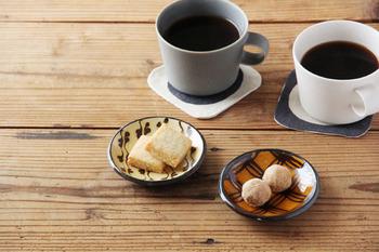 陶芸家・山田洋次さんによるスリップウェアの「豆皿 七宝紋」です。スリップウェアはイギリスの一般家庭で使われていた、化粧土による模様が入った器のこと。日本伝統の模様との組み合わせで、食卓に馴染みます。豆皿には、お茶菓子をちょこんと。