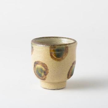 読谷山焼・北窯 宮城正享さんの湯呑み「変わり点打」です。味のある丸い模様が可愛らしい一品。温かいお茶をすすりたくなります。