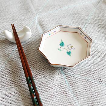 宮本泰山堂の「八角花紋小皿5枚セット」は、春から秋にかけての花が描かれた小皿です。懐かしさの感じられるデザインが特徴。しょうゆ皿などにおすすめのサイズです。