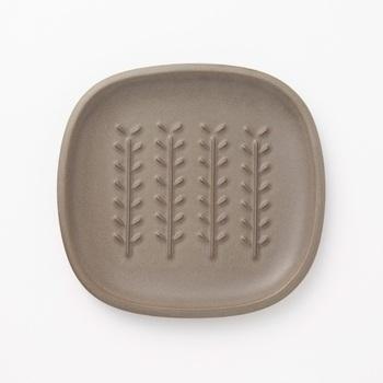 TOJIKITONYAのパン皿。こちらは中川政七商店オリジナルカラーです。可愛らしい植物のような模様は、立体的になっています。焼きたてのパンをお皿にのせると蒸気で湿ってしまうことがありますが、この立体的な模様で蒸気を逃がしてくれます。