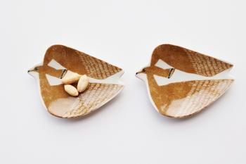 kata kataの「印判手豆皿 アホウドリ」は、秋にぴったりのカラー。独特の技法によって、味のある雰囲気の絵柄になっています。くるみなどのナッツ類をのせたり、飾っておくだけでもいいですね。