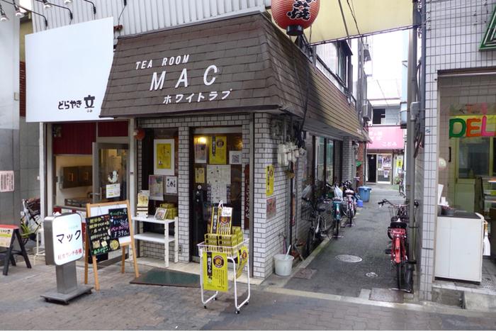大阪市中央区谷町の空堀商店街の中ほどにある小さな喫茶店。外観も内装もレトロな昭和感が漂います。 映画「プリンセストヨトミ」のロケで俳優さんたちも足繁く通った喫茶店だとか。店内にはサインなども飾られています。