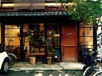 烏丸鞍馬口の程近く。映画「マザーウオーター」で小林聡美さん演じる主人公セツコのバーとして外観だけ登場したという、とても趣のある町屋を改装したカフェです。