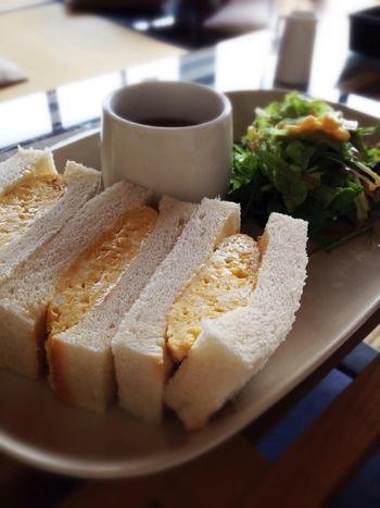 モーニングであれば、分厚いたまごサンドにスープとサラダが付いています。中のたまごもフワフワ。そしてパンもフワフワの白い食パンでサンドしていて、シンプルだけどそこがいい!