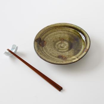 南窯の「黄灰釉六寸皿」は、草木灰を主材料とした釉薬の深みのある色と模様が特徴です。人の手でしか作ることのできない味わいですね。日頃、食卓に並ぶおかずをのせるだけで、よりいっそう美味しそうに見えますよ。根菜の煮物など、定番の和食が似合います。