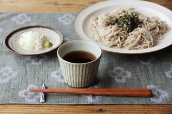宋艸窯の「そば猪口」は、素朴な色合い。秋の食卓によく似合います。灰色がかった色の表情が美しい「わら白」は、どんな食材を入れてもOK。そばつゆだけでなく、小鉢としておかずを入れたり、コーヒーカップとして使ってもいいですね。
