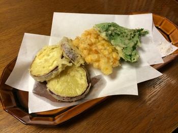 秋らしい深みのある茶色や緑などの色は、料理をおいしくみせてくれます。和食が似合いますが、洋食やスイーツなどと合わせてもしっくりきます。