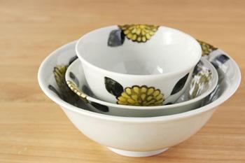 季節を感じさせる柄といえば、花です。秋らしい花柄で食卓を彩りましょう。花を引き立たせるように、シンプルな料理をのせるのがおすすめです。
