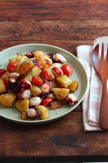 じゃがいもにタコ、ミニトマト。相性の良い食材を組み合わせた、おつまみにもぴったりのガーリック炒め。カリッと焼いたじゃがいもはバツグンのおいしいさ♪赤唐辛子を少し加えれば、ペペロンチーニ風としても楽しめます。