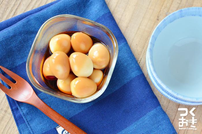 材料3つで出来る簡単レシピ。うずらの卵を茹でて、にんにく醤油に漬けるだけでOK!ただ漬けるだけと言っても、にんにくの味と風味はしっかり付いてます。二日くらい置いて、からしやマヨネーズをつけて食べるとおいしいですよ!