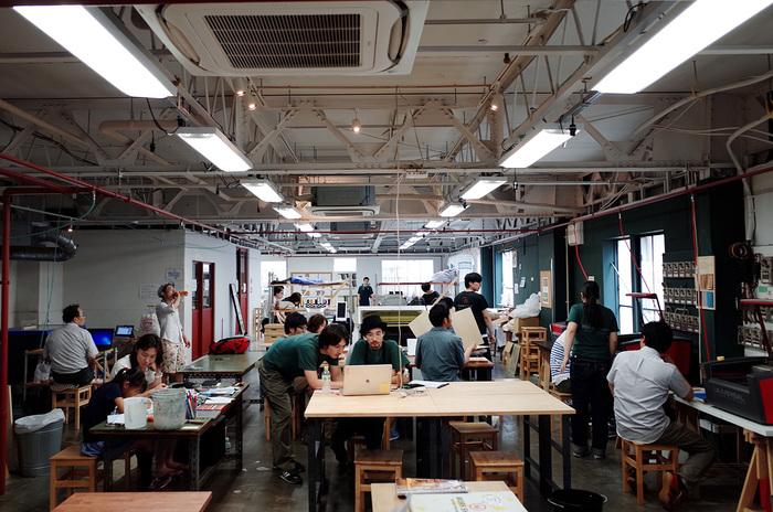 木工、金工、陶芸、縫製、テキスタイル、デジタル加工など元工場を改装した広い空間に、100を超える機器や道具が所狭しと並んでいます。会員になればシェア工房としてこのすべての機器や道具を使えるようになります。わからないことがあれば、スタッフの方がサポートしてくれるので安心です。