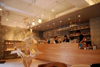 もちろん、カフェなので店内では美味しいコーヒーやベーグルなどの食事も楽しむことができますよ。
