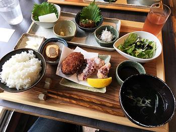 北は利尻島、南は石垣島まで、地元色豊かな島料理が豊富です。毎月、フィーチャーする島が変わるのも楽しみの一つ。 盛り沢山の「島めぐりランチ御膳」は満足度◎です。