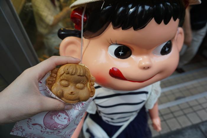 日本でここだけ、ぺこちゃんの大判焼き「ぺこちゃん焼き」が食べられることで有名な不二家は、神楽坂通り沿いJR飯田橋駅前にあります。 かつては、全国の不二家で展開されていたようですが、現在はこのお店だけになっています。 神楽坂散歩のお土産として、かわいいペコちゃん焼きをお持ち帰りしてみてもいいですね♪