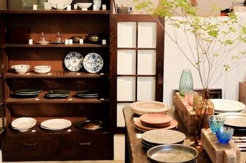 器と工藝の店「神楽坂 暮らす。」 全国各地の作家さんや窯元の手仕事を紹介し、焼き物をメインに、漆器や、ガラス、木工など、多岐にわたるセレクトで「神楽坂の器屋さん」として街の皆さんからも愛されるお店です。