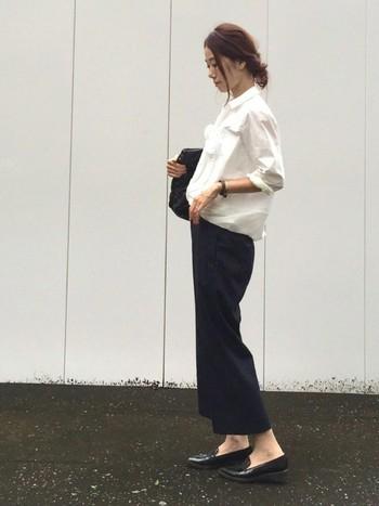 定番の白シャツ×ネイビーワイドパンツの組み合わせは、きちんと感がありつつ今年らしいトレンド感を押さえた通勤コーデです。フラットのローファーパンプスでナチュラルな雰囲気に。